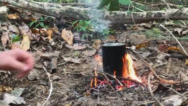 Comment faire un feu de bois facilement dans une environnement humide?