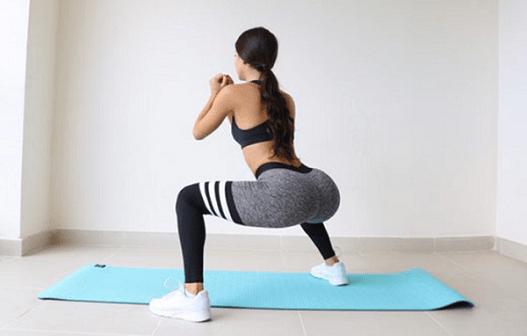 Muscler ses fesses avec les squats.